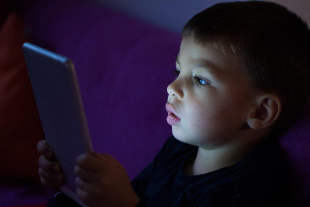 küçük çocuk tableti ile oynuyor