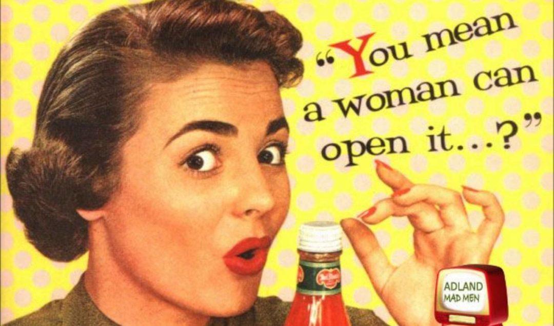 bir kadının ketçap şisesini açması