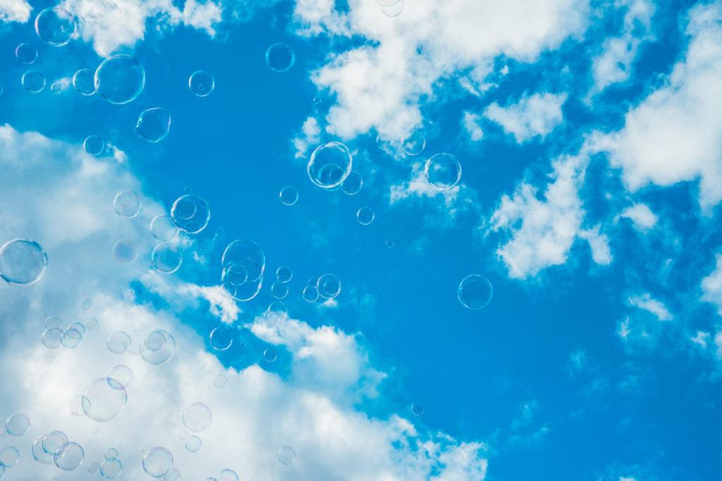 gökyüzünde balonlar uçuyor
