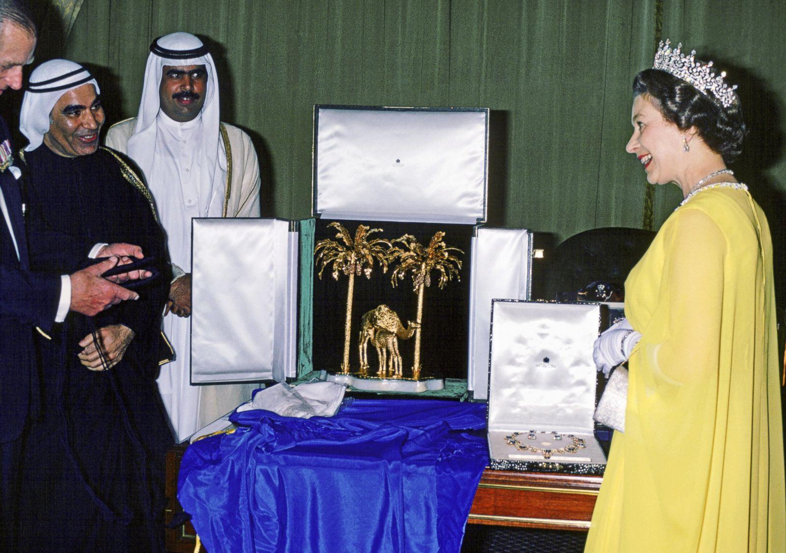 Kraliçenin hediyeleri kabul etmesi