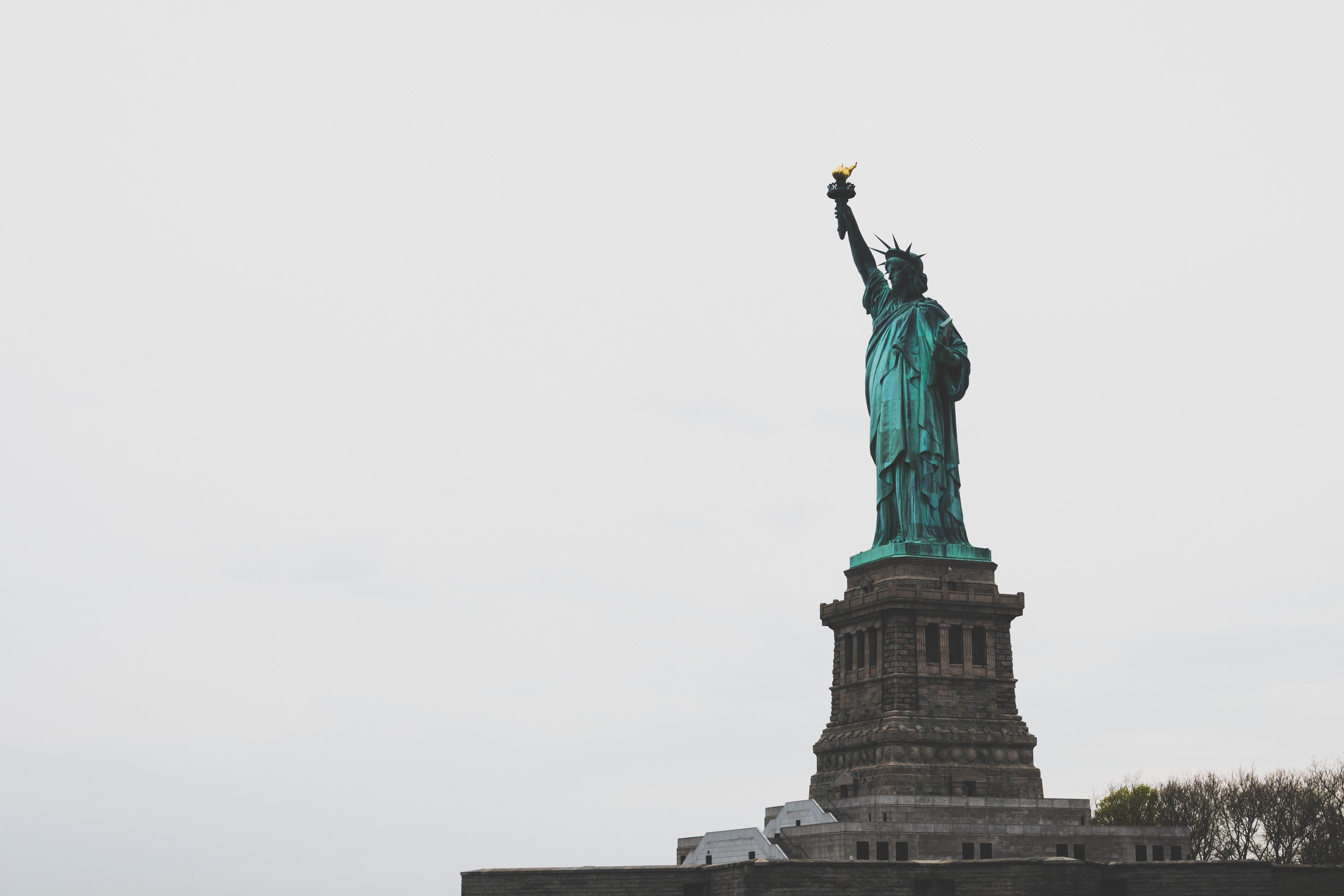 Özgürlük heykeli seyircilerin önünde bir an kayboldu.