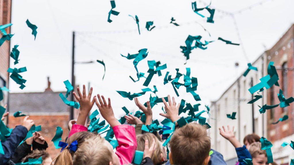 2017 favorite color, Dünyanın En Sevdiği Renk, GF Smith'in Hull'daki etkinliğinde konfetilerle ilan edildi.