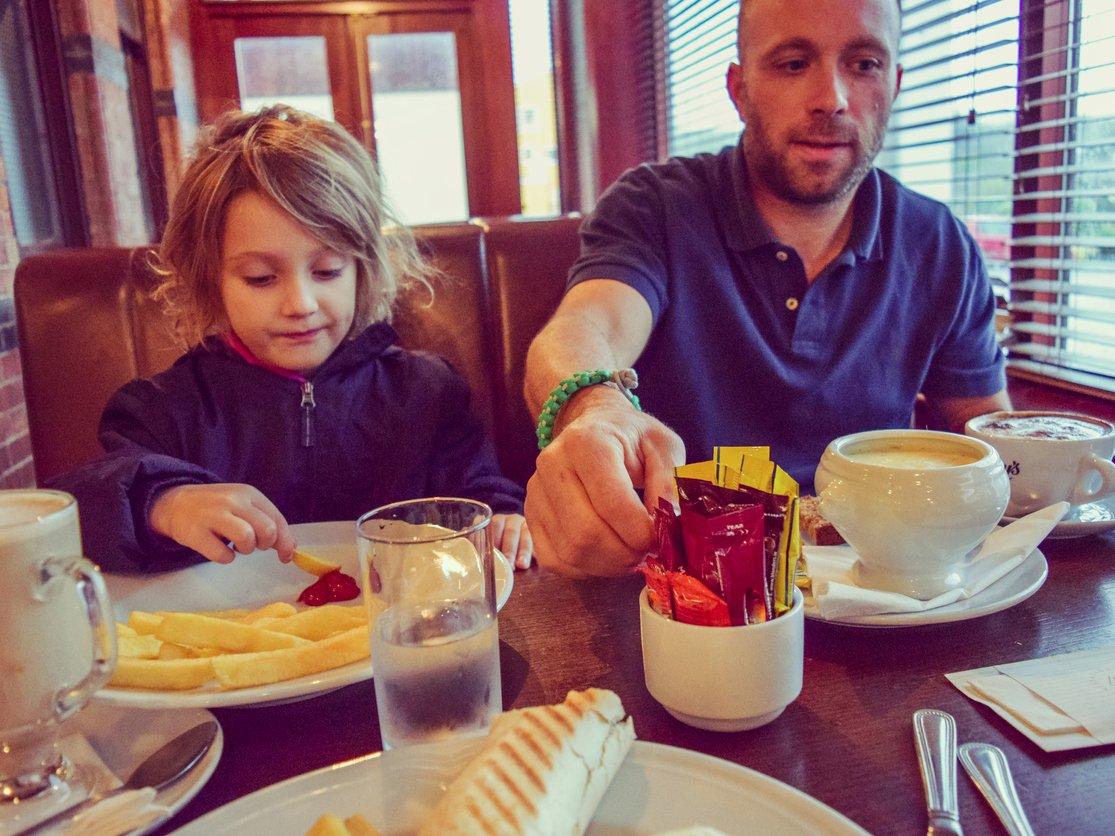 restorandaki çocuklar