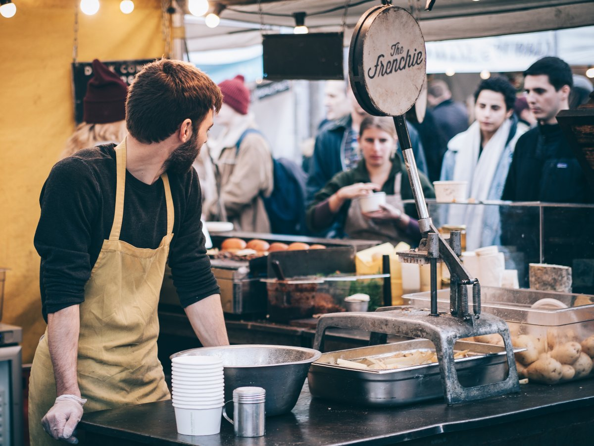 restoran, garson ve müşteriler
