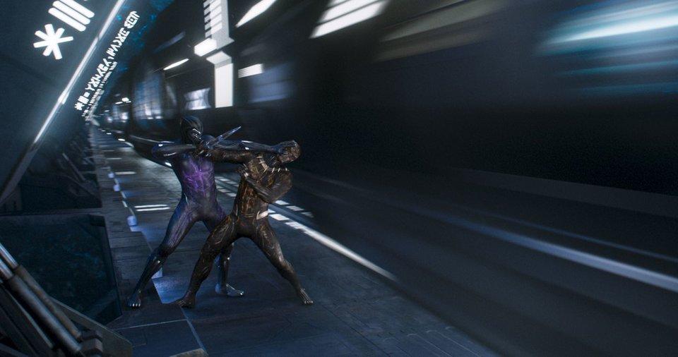 Kara Panter ve Killmonger manyetik leviyonyon ray sisteminin yanında savaşır