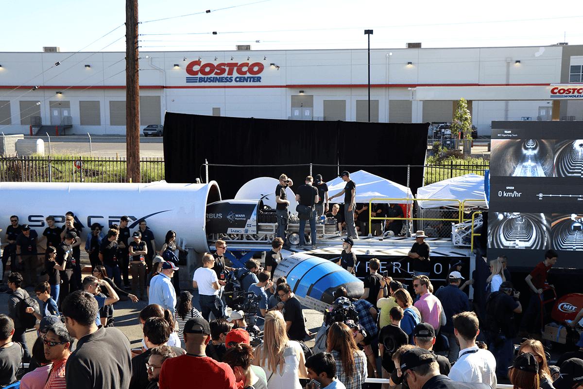SpaceX CEO'su Elon Musk, 29 Ocak 2017'de Hawthorne, California'daki SpaceX Hyperloop pod yarışması sırasında konuşuyor.