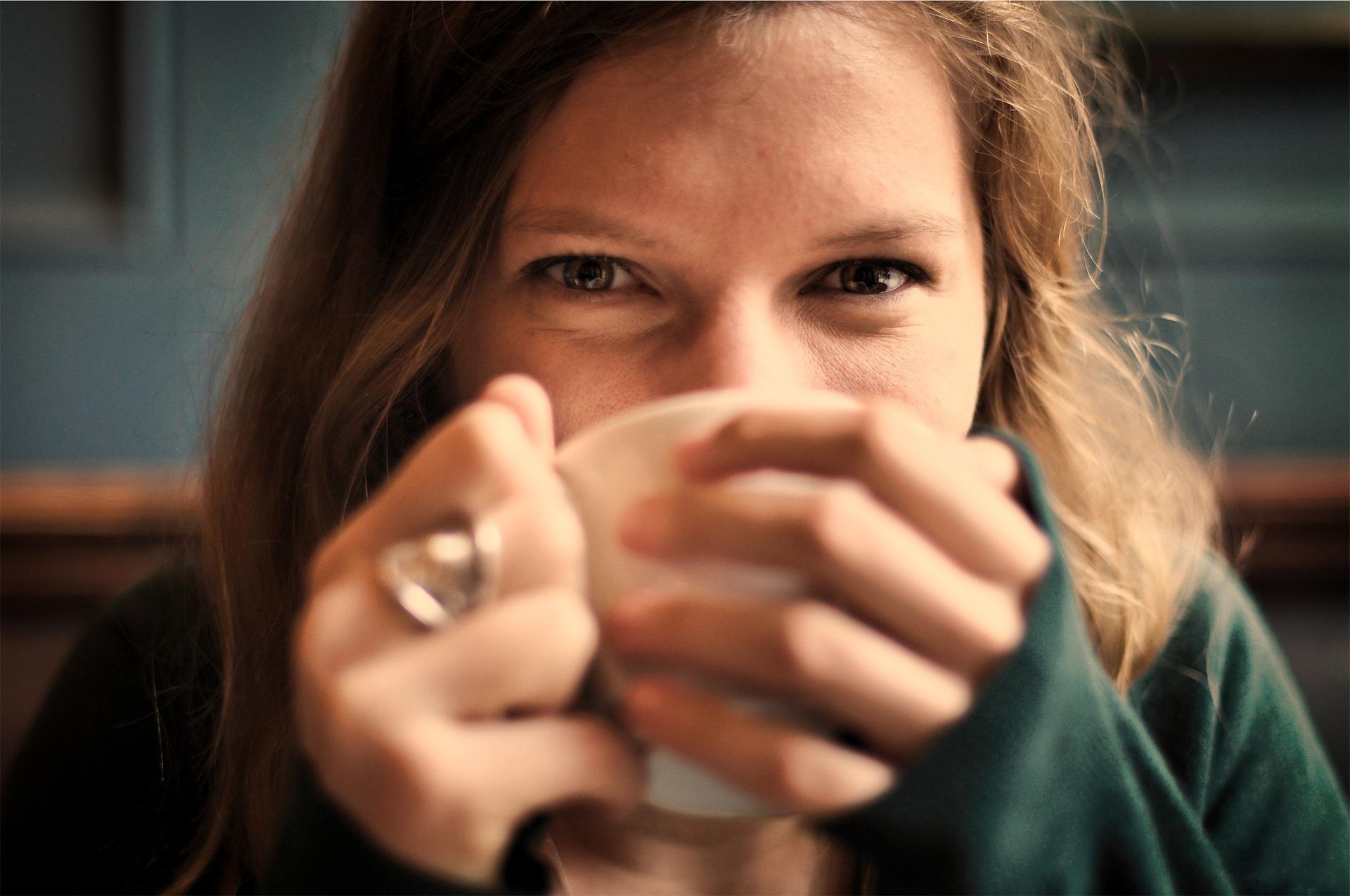 kahve içmekten bile kısa sürede mutluluğu yakalamak