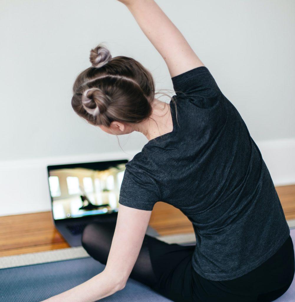 Salgın sebebi ile hareketsiz kalmamak adına online spor programları ile harekete geçmek şart.