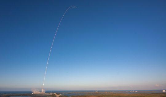 spacex-ve-amazon-uzay-macerasi-42-binden-fazla-uyduyu-neden-gokyuzune-firlatiyor?