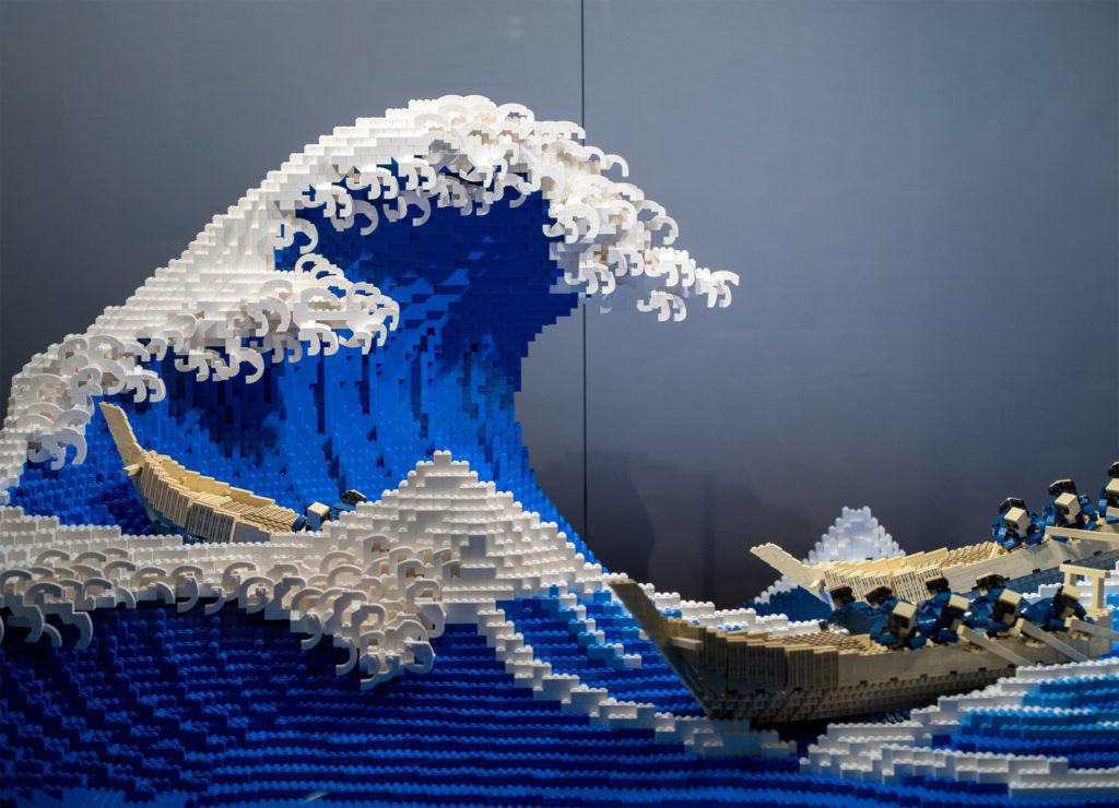 50.000 Lego Parçasından Dalgalı Bir Heykel